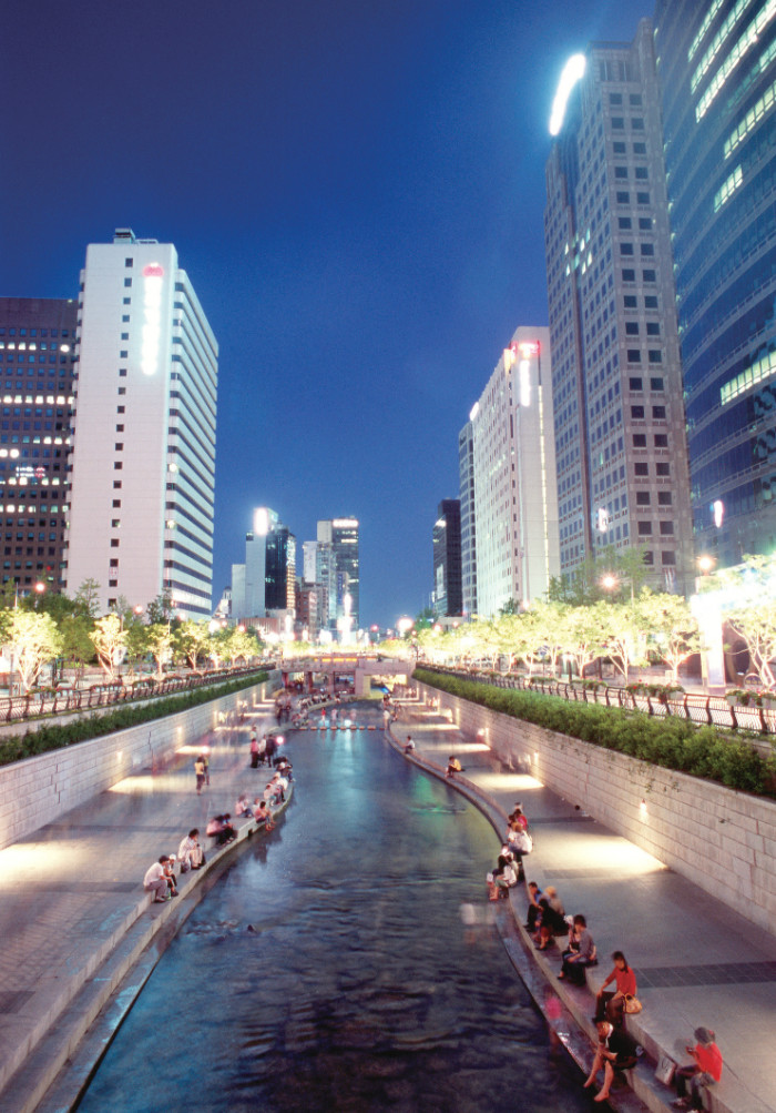Cheonggyecheon Stream Plaza. An attractive space for relaxation and refreshment in the heart of downtown Seoul
