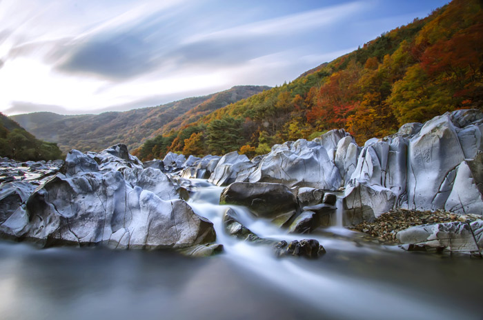 The <i>Baekseoktan</i> Rocks of Sinseong Valley are white, shining sedimentary rocks that got their various colors and shapes due to the flowing water. (photo courtesy of Cheongsong-gun County)