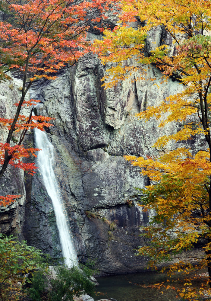 The Dalgi Waterfall of Juwangsan in Cheongsong-gun County is 11 meters high and is characterized by large rocks and cliffs. (photo courtesy of Cheongsong-gun County)