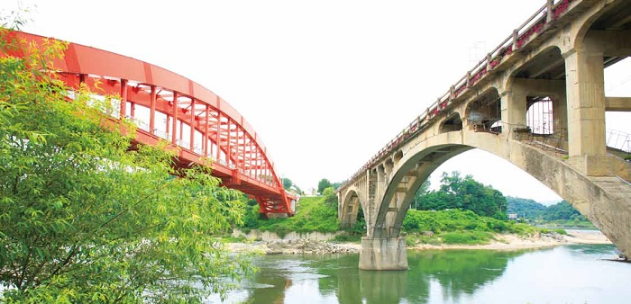 The Seungilgyo Bridge (right), said to have been begun by the North Koreans and finished by the South Koreans. © KTO