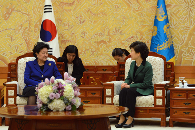 President Park Geun-hye (right) talks with Liu Yandong, a member of the Chinese Communist Party's 25-member Politburo (photo courtesy of Cheong Wa Dae).