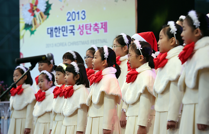 During the lighting ceremony on November 30, a children's choir sings a Christmas carol. (photo: Jeon Han)
