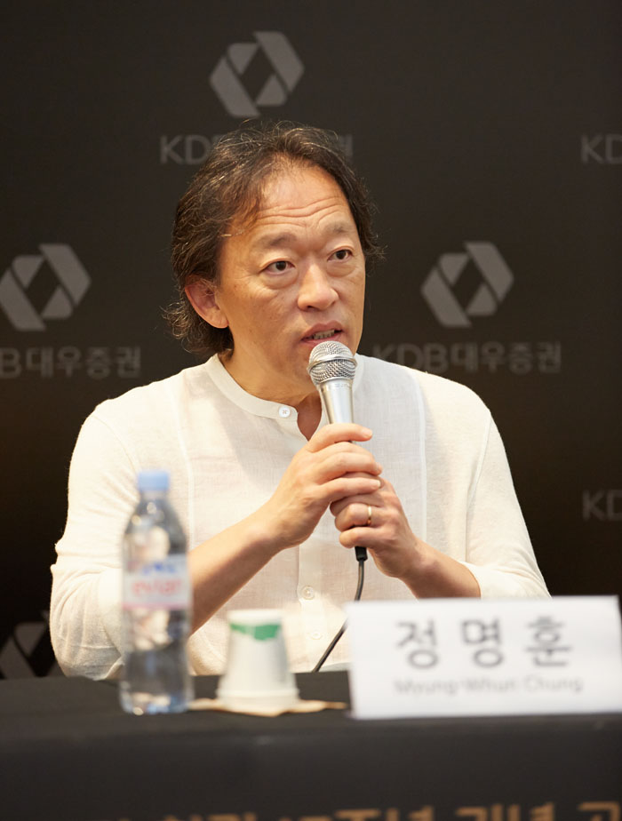 Chung Myung-whun, music director of Seoul Philharmonic Orchestra, answers questions from journalists (photo courtesy of Credia).