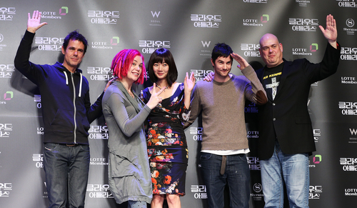 Tom Tykwer (from left) and Lana Wachowski, Bae Doona, Jim Sturgess, and Andy Wachowski pose for a picture before a press meeting to promote the Hollywood film <I>Cloud Atlas</I> at Sheraton Walkerhill Hotel in eastern Seoul on December 13 (photo: Yonhap News).