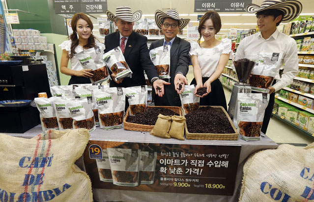Colombia Caldas brand coffee is introduced at an E-Mart discount store in Yongsan, Seoul, in October 2012 (photo: Yonhap News).