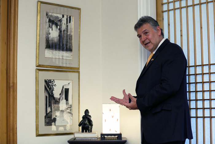 Ambassador Cabal shows a small replica of a Colombian sculpture and a lantern made of traditional Korean paper, or Hanji, in his living room (photo: Jeon Han).