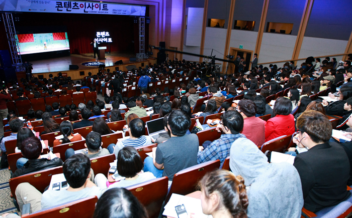 "The COEX hall, venue for the 2014 Content Insight invitational event, is packed with people anxious to learn from Peter Del Vecho, producer of the mega-hit ""Frozen,"" on March 31. (photo courtesy of the KOCCA)"