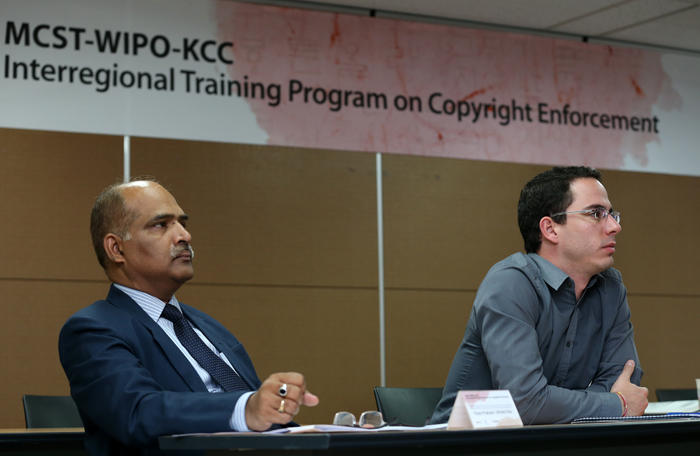 Vijay Prakash of the Indian Ministry of Human Resource Development and Luis Siquera of the Brazilian Ministry of Culture participate in the workshop (photo: Jeon Han).