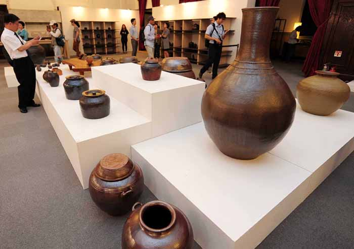 The 2014 Craft Platform exhibition showcases craftwork from each region of the country, until July 13 at Cultural Station Seoul 284 in central Seoul.