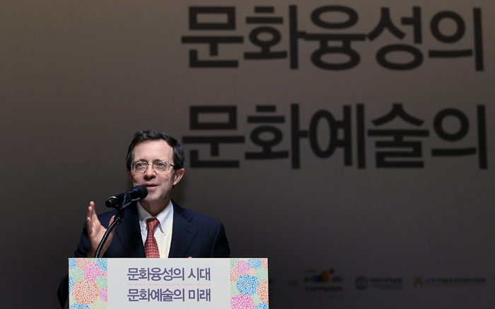 French ambassador to Korea Jerome Pasquier delivers a special lecture at the conference (photo: Jeon Han).