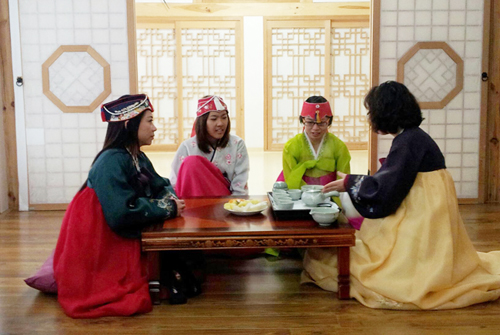 Hanok Say Program provides Korean cultural activities which include wearing Hanbok, learning the traditional Korean manner of drinking tea, making Kimchi, and learning to play traditional instruments (photo provided by Moon Guesthouse).