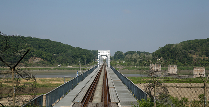 The DMZ Train approaches the Imjingang Bridge. (photo: Jeon Han)