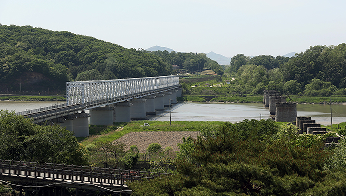 The Imjin Bridge originally had two railroad routes, one for trains departing from Seoul and the other for trains arriving in Seoul. The route on the right was destroyed during the war. (photo: Jeon Han)