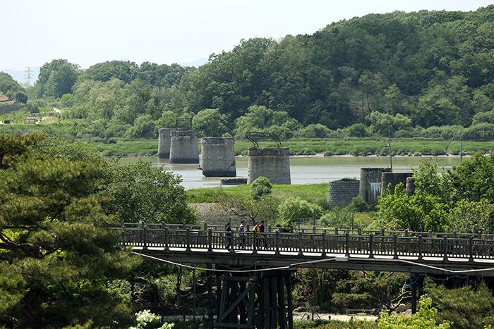 Visitors walk along the Bridge of Freedom. (photo: Jeon Han)