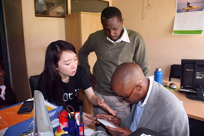 Staff at a Kenyan school for the visually impaired listen to an explanation from Choi about the Dot Mini. Dot has been working with KOICA's CTS program since 2015. Under the project, Dot has provided a total of 8,000 Dot Minis to visually impaired students in Kenya.