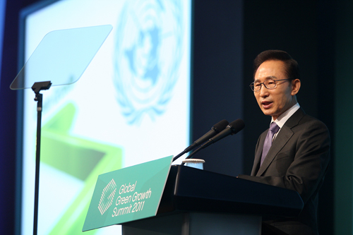 President Lee Myung-bak delivers a speech at the 2011 summit