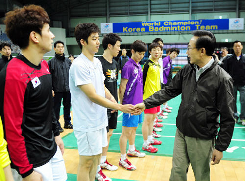 President Lee Myung-bak gives words of encouragement to Beijing Olympic champion badminton player Lee Yong-dae