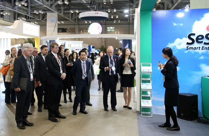 Ministers from the D5 governments listen to an explanation about Korea's smart entry system (SES), during a visit to the Government 3.0 Fair & Global Forum 2016 at the BEXCO convention center in Busan on Nov. 10.