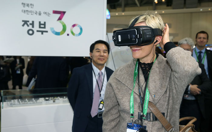 A conference participant enjoys virtual reality at the Government 3.0 Fair & Global Forum 2016 at the BEXCO convention center in Busan on Nov. 10.