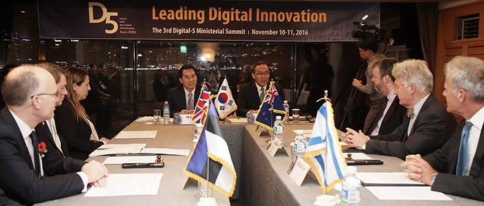 Ministers from the five D5 governments take part in a roundtable meeting in Busan on Nov. 10. They discussed innovative policies of digitalization of their governments, and measures to narrow the digitalization gap around the globe.