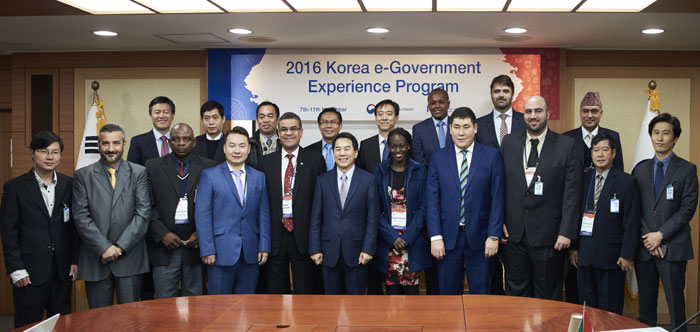 Participants in the 2016 Korea e-Government Experience Program pose for a group photo in Korea on Nov. 7.