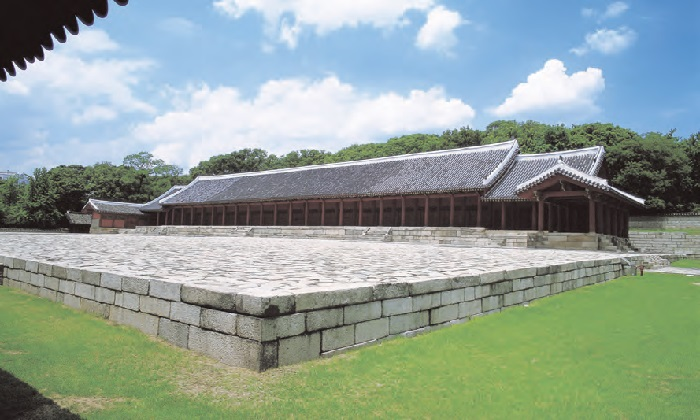 <B>Jongmyo Shrine.</B> The central Confucian shrine of Joseon housing the spirit tablets of Joseon Kings and their Consorts.