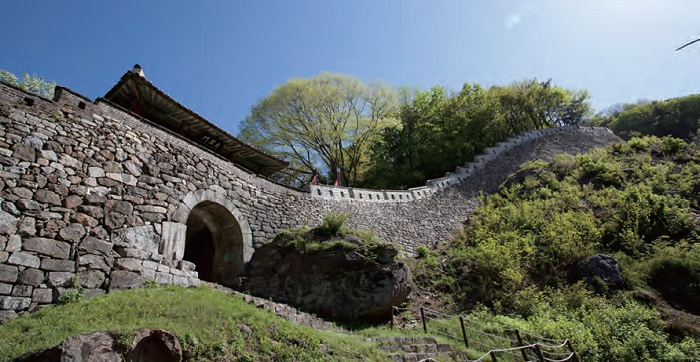 <B>Namhansanseong Fortress.</B> A mountain fortress that served as a temporary capital during the Joseon Dynasty, showing how the techniques for building a fortress developed during the 7th-19th centuries.