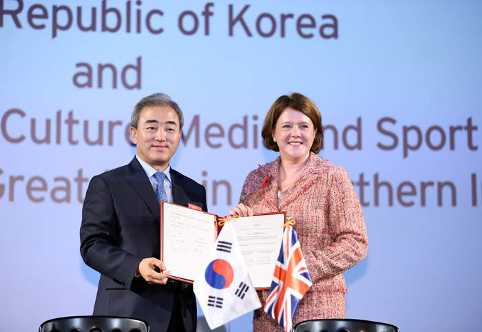 1. Minister of Culture, Sports and Tourism Yoo Jinryong (left) and Secretary of State for Culture, Media and Sport Maria Miller hold up an MOU on Korea-Britain cooperation in the creative industries at Cineworld Haymarket Cinema in London on November 6. (photo: Jeon Han)