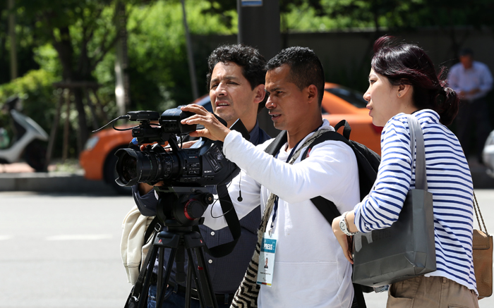 The Colombian broadcast team on May 30 shoots around Digital Media City (DMC) near the headquarters of CJ E&M in Sangam-dong, Seoul (photo: Jeon Han).