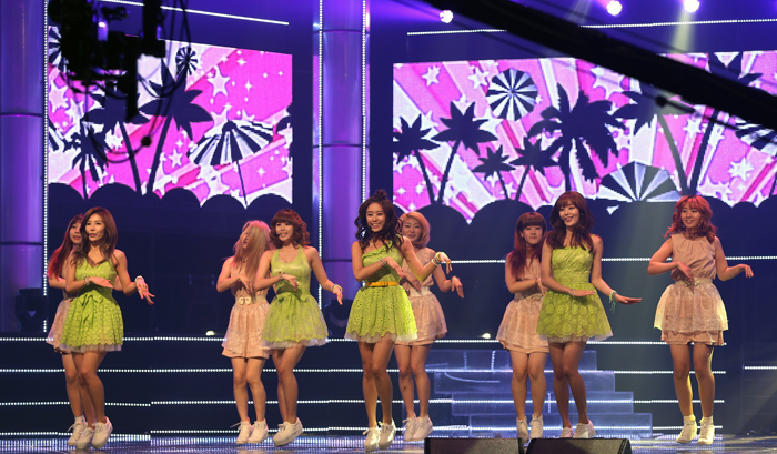 "The girl group Secret performs in a rehearsal for the music show ""M! Countdown"" as foreign media representatives watch (photo: Jeon Han)."