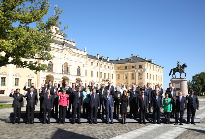 G20 Summit participants pose for the official group photo at the G20 Summit in St. Petersburg (photo: Cheong Wa Dae).