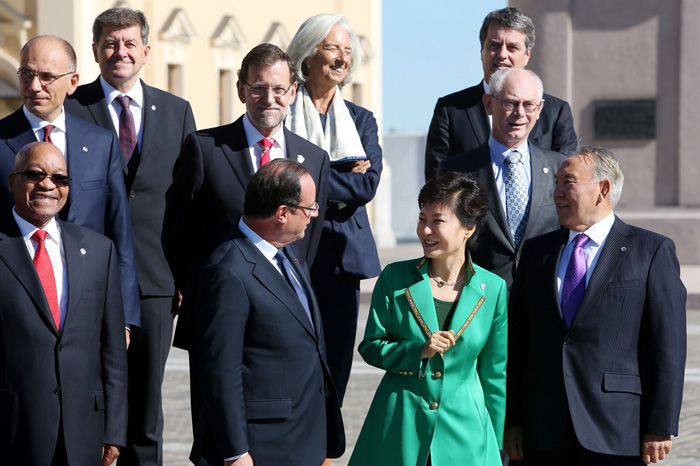 President Park talks to her counterparts prior to the official group photo session at the G20 Summit in St. Petersburg (photo: Cheong Wa Dae).