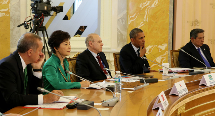 President Park Geun-hye (second from left) listens during the second session on September 6 (photo: Cheong Wa Dae).