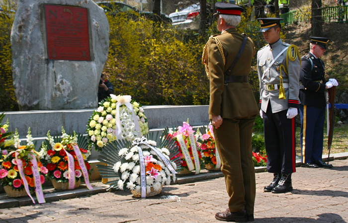 A veteran lays a wreath at a memorial commemorating the Korean War located in Yangpyeong, Gyeonggi-do on April 24 (photo courtesy of the Ministry of National Defense).