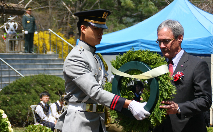 Canadian ambassador to South Korea David Chatterson lays a wreath at a memorial commemmorating the Korean War on April 24 (photo courtesy of the Ministry of National Defense).