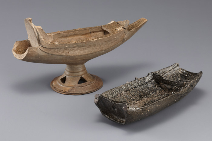 Boat-shaped pottery from Hyeon-dong, Changwon and Yeorae-ri, Gimhae (photo courtesy of the National Musem of Korea)