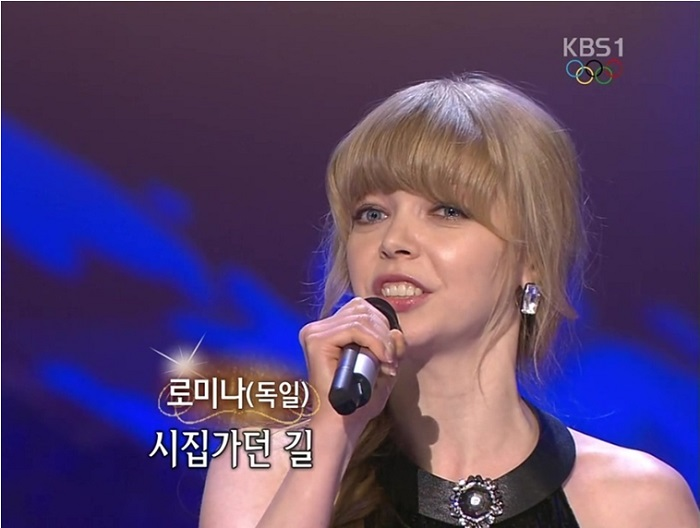 "Romina sings Lee Mi-ja's ""Lady"" on the KBS show ""<i>Gayo</i> Stage,"" earlier this year. (captured image from KBS)"