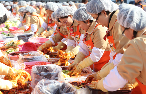 Over 2000 people took part in the Gimjang Kimchi Festival that took place in front of Seoul City Hall on November 15. Approximately 140 tons of kimchi were made during the event and later distributed to disadvantaged families. Pictured, participants add various seasonings to their kimchi (photo: Yonhap News).