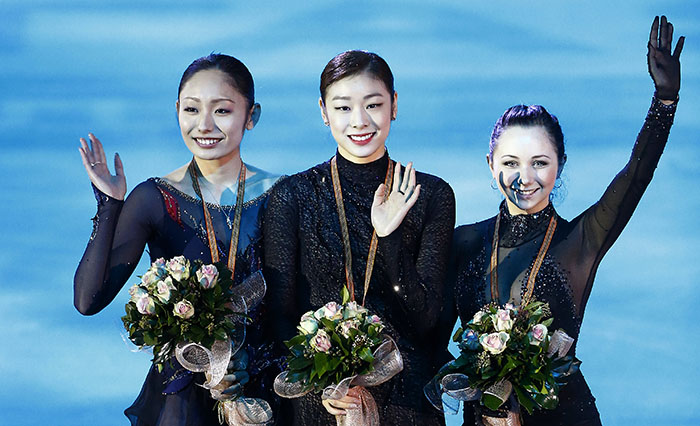 Kim Yuna (center) poses for photos with Miki Ando of Japan and Elizaveta Tuktamysheva from Russia, both of whom ranked second and third, respectively, at the Golden Spin of Zagreb on December 8. (Photo: Yonhap News)