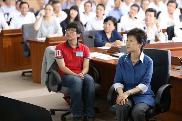 President Park Geun-hye (right) watches video footage promoting the Government 3.0 vision alongside a smartphone application developer (photo: Cheong Wa Dae).
