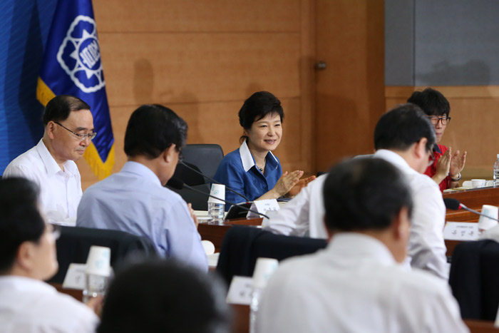 President Park Geun-hye (center) smiles while attending a ceremony to mark the announcement of the Government 3.0 vision (photo: Cheong Wa Dae).
