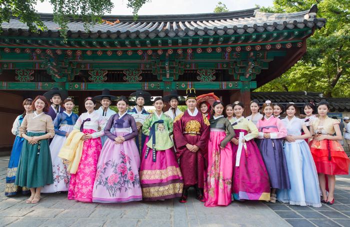 Group%20photo%20of%20hanboks%20in%20Jeonju.jpg