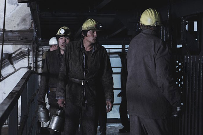 While working as a miner in Germany, Deoksu faces a moment of danger due to a mining accident.
