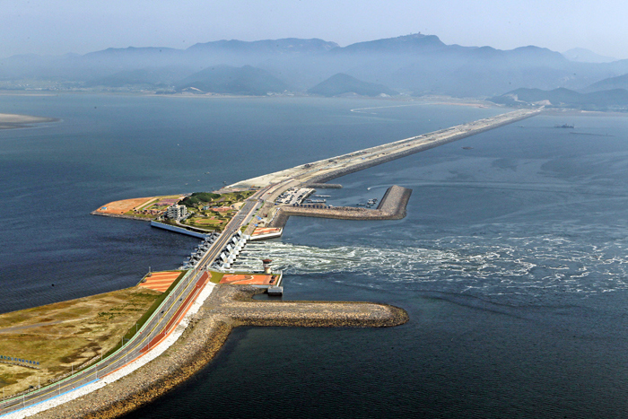 The Saemangeum Seawall connects the peninsulas of Gunsan and Buan in Jeollabuk-do. Kicking off in 1991, major construction of the seawall was completed in 2010. It created extra land that measures over 400 square kilometers. Located off the West Coast, facing China, the reclaimed land is expected to serve as the centerpiece of the Northeast Asian economy.