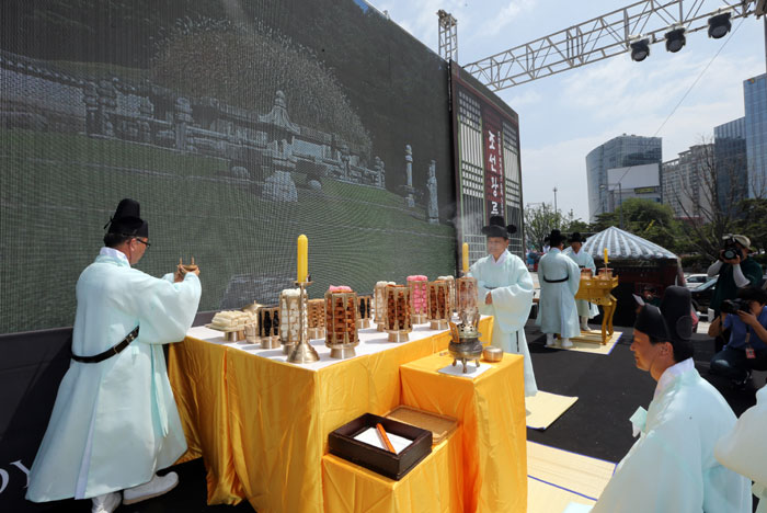 Clad in the attire of Confucian scholars of the Joseon era, volunteers perform an ancestral rite at a recreation of the Joseon royal tombs in Gwanghwamun Square, central Seoul, on June 28. (photo: Yonhap News)