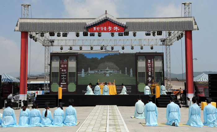 A demonstration of the ritual ceremonies undertaken at Joseon royal tombs was held in Gwanghwamun Square, central Seoul, on June 28, to mark the 5th anniversary of the Joseon royal tombs being listed as UNESCO World Heritage items. (photo: Yonhap News)