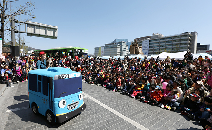 """Children watch a performance of """"Tayo the Little Bus"""" at Gwanghwamun Square in central Seoul on April 6. (photo: Jeon Han)"""