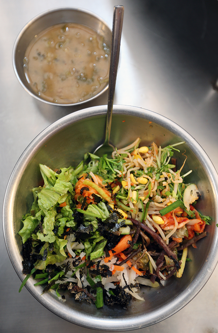 <i>Bibimbap</i> is one of the most popular menu items at Gwangjang Market. One serving is enough to feed two adults. (photo: Jeon Han)