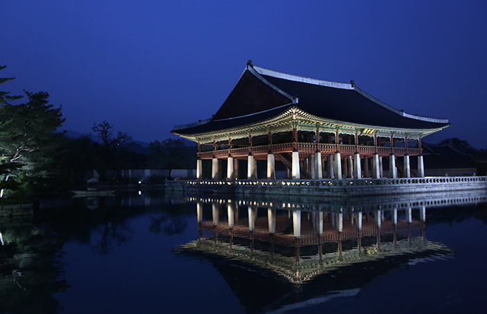 The night view of the <i>Gyeonghoeru</i>. This building was used as a banquet venue for the kings of the Joseon Dynasty, such as when they met with foreign envoys. (photo: Jeon Han)