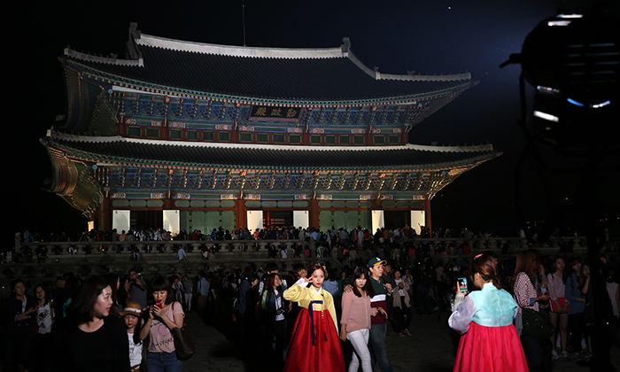 People look around the <i>Geunjeongjeon</i>, the main throne hall of Gyeongbokgung Palace, when it is open late into the evening. (photo: Jeon Han)